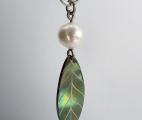 Fred-halsband-löv-med-pärla-2
