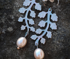 Linnea-earrings-leaf-titanium-freshwaterpearl-pink