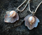 Linnea-necklace-leaf-titanium-freshwaterpearl-pink